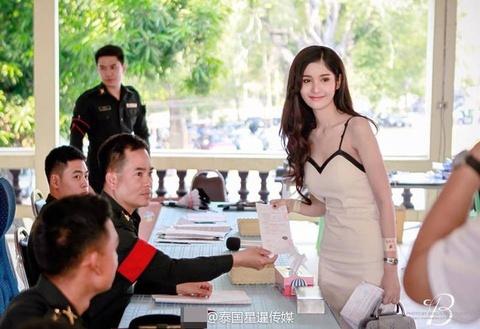 A hau chuyen gioi Thai Lan muon o chung phong nam gioi khi nhap ngu hinh anh
