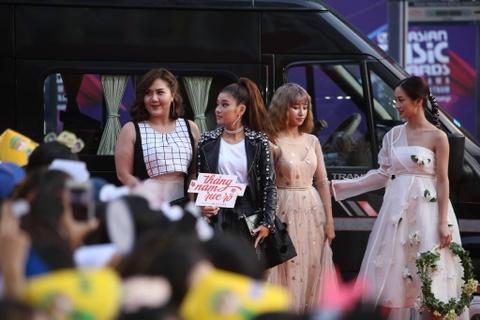 Angela Phuong Trinh, Diem My 9X goi cam tren tham do MAMA 2017 hinh anh 23