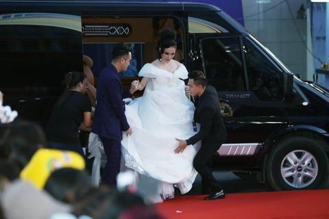 Angela Phuong Trinh, Diem My 9X goi cam tren tham do MAMA 2017 hinh anh 4