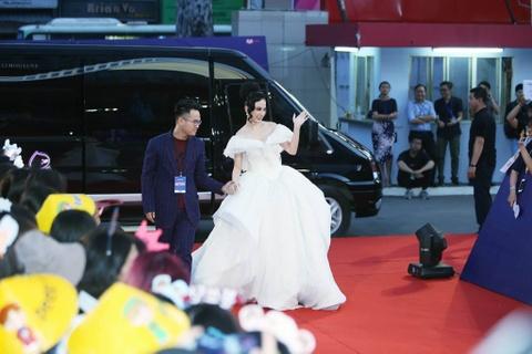 Angela Phuong Trinh, Diem My 9X goi cam tren tham do MAMA 2017 hinh anh 5