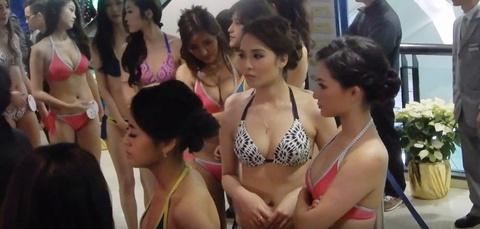 39 thi sinh Hoa hau Trung Quoc phai mac bikini giua trung tam mua sam hinh anh