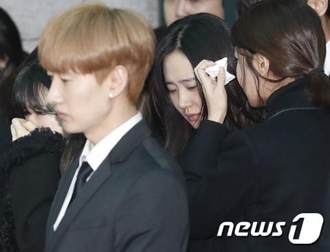 Le dua tang Jong Hyun (SHINee): Chi gai, sao Kpop khoc can nuoc mat hinh anh 6