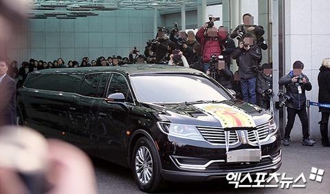 Le dua tang Jong Hyun (SHINee): Chi gai, sao Kpop khoc can nuoc mat hinh anh 18