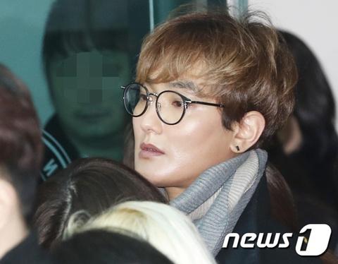 Le dua tang Jong Hyun (SHINee): Chi gai, sao Kpop khoc can nuoc mat hinh anh 17