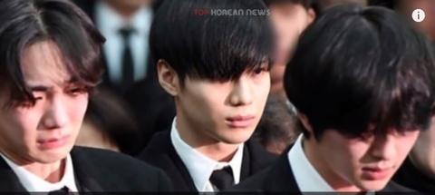 Clip IU khoc va Yunho het lon ten Jong Hyun (SHINee) tai dem dien hinh anh