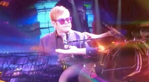 Elton John bo san khau khi lien tuc bi khan gia dung cham hinh anh