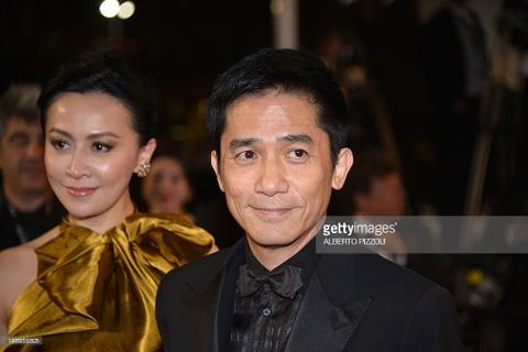 Clip Luong Trieu Vy bo mac Luu Gia Linh tao dang tren tham do Cannes hinh anh