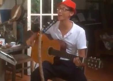 Rocker Nguyen ngoi hat 'Diem xua' tai quan ca phe o Con Dao hinh anh