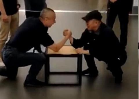 Ly Lien Kiet vat tay dong nghiep: 'Nhin toi da thanh 70 tuoi chua?' hinh anh