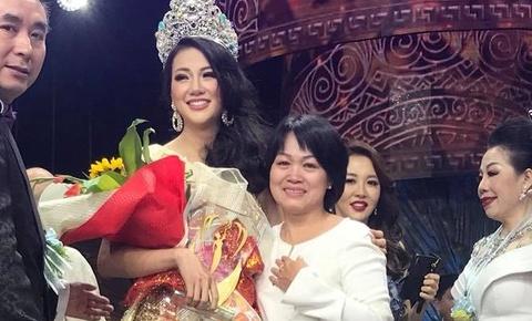 Phuong Khanh om me khoc tren san khau khi dang quang Hoa hau Trai dat hinh anh