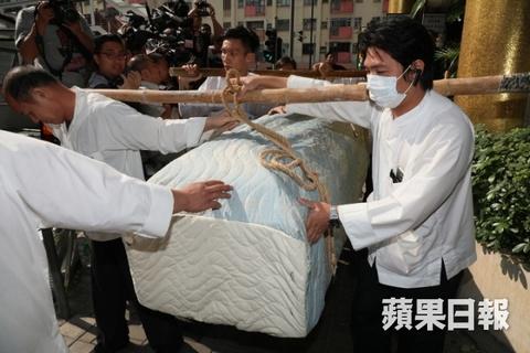 Ty phu Jack Ma va cac nghe si dua Kim Dung ve noi an nghi cuoi cung hinh anh 3