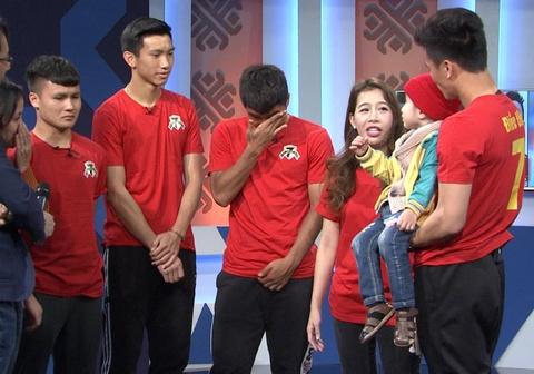 Quang Hải, Đức Chinh khóc và hứa mang cúp tặng em bé 4 tuổi bị u não