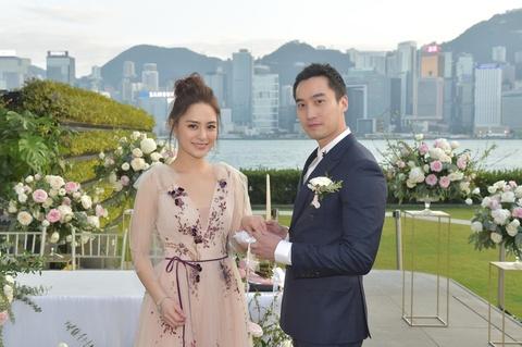 Nghệ sĩ dự lễ đăng ký kết hôn của Chung Hân Đồng và bác sĩ trẻ