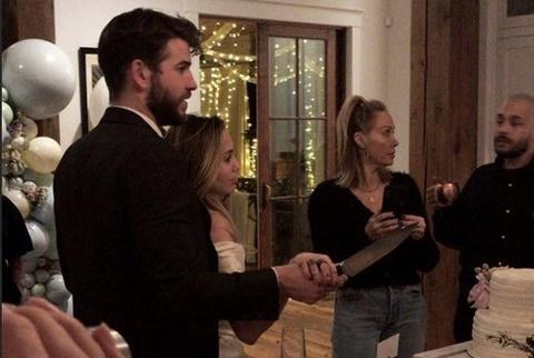 Miley Cyrus va Liam Hemsworth cuoi bi mat tai nha rieng? hinh anh