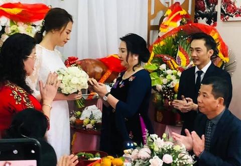 Mẹ Cường Đô La tặng nhẫn cho con dâu Đàm Thu Trang trong đám hỏi