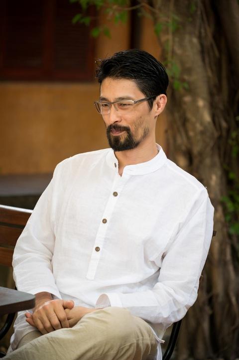 Johnny Tri Nguyen noi ve ve ngoai gia nua: 'Khong thay doi moi la soc' hinh anh 2