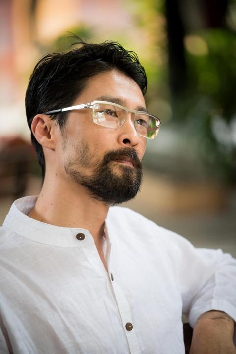 Johnny Tri Nguyen noi ve ve ngoai gia nua: 'Khong thay doi moi la soc' hinh anh 3