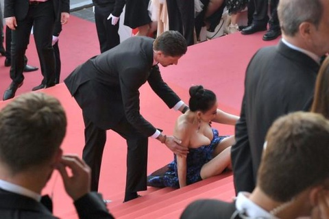 Sao nu TQ con gi sau man mac ho soc, bi goi la gai mai dam o Cannes hinh anh 3