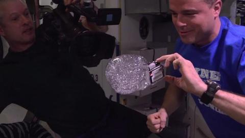 NASA tung video cac nha du hanh choi dua voi qua cau nuoc hinh anh
