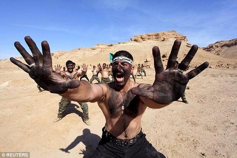 Binh si Iraq luyen tap trong gian kho de chong lai IS hinh anh