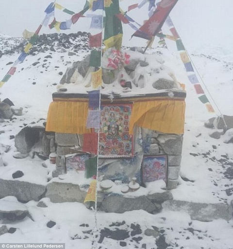 Nui Everest nhu 'bai chien truong' sau dong dat, lo tuyet hinh anh