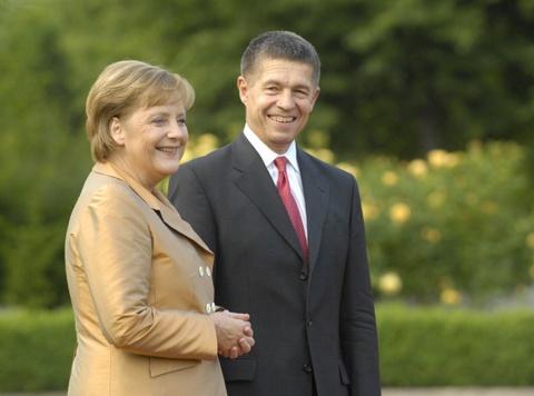 Cuoc doi cua nguoi dan ba thep Angela Merkel hinh anh 9 Sau cuộc hôn nhân đầu tiên với Ulrich Merkel, bà Angela lập gia đình với giáo sư hóa học Joachim Sauer. Hai người sống trong một căn hộ ở Berlin và thường xuyên tự mua sắm. Ảnh: REGIERUNGonline/Steins