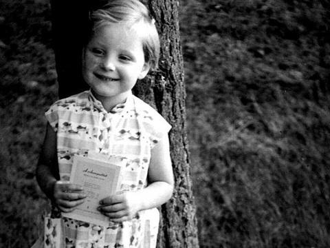 Cuoc doi cua nguoi dan ba thep Angela Merkel hinh anh 1 Angela Dorothea Merkel sinh ngày 17/4/1954 tại Hamburg, Đức. Cha của bà là một mục sư, còn mẹ làm nội trợ. Khi còn nhỏ, cô bé Angela được miêu tả là một đứa trẻ thông minh, chăm chỉ, sáng dạ và có vẻ ngoài đáng yêu như thiên thần. Tại trường, Angela là một học sinh giỏi, đặc biệt ở môn tiếng Nga và toán học.