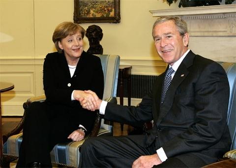 Cuoc doi cua nguoi dan ba thep Angela Merkel hinh anh 8 Tháng 1/2006, bà đến Mỹ trong chuyến viếng thăm đầu tiên ở cương vị thủ tướng. Ảnh: WikipediaTháng 1/2006, bà đến Mỹ trong chuyến viếng thăm đầu tiên ở cương vị thủ tướng. Ảnh: state.gov