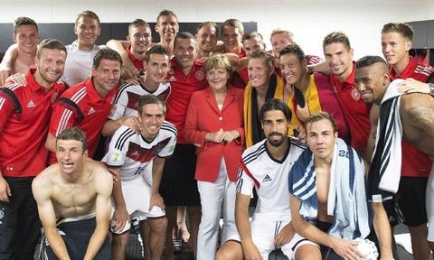 Cuoc doi cua nguoi dan ba thep Angela Merkel hinh anh 14 Các đồng sự cho biết, bà là người rất yêu âm nhạc, và thường xuyên tới Liên hoa âm nhạc Wagner ở Bayreuth, Đức. Bà cũng luôn đồng hành với đội tuyển bóng đá Đức và theo dõi các trận đấu quan trọng của họ. Sau chiến thắng ở World Cup 2014, bà đã đích thân tới thăm các cầu thủ ở phòng thay đồ của họ.