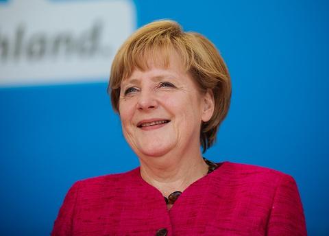 Cuoc doi cua nguoi dan ba thep Angela Merkel hinh anh 13 Ngày 9/12, tạp chí TIME danh tiếng của Mỹ bình chọn nữ Thủ tướng Đức Angela Merkel trở thành Nhân vật của năm vì những ảnh hưởng đối với tình hình thế giới trong năm 2015. Bà là người phụ nữ thứ 4 trên thế giới nhận vinh dự này kể từ năm 1927.Thủ tướng Đức Angela Merkel được mệnh danh là người đàn bà thép và đứng đầu danh sách 100 phụ nữ quyền lực nhất thế giới năm thứ 4 liên tiếp do Forbes bình chọn. Ảnh: