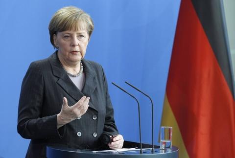 Cuoc doi cua nguoi dan ba thep Angela Merkel hinh anh 11 Ở cương vị là người đứng đầu nền kinh tế mạnh nhất châu Âu, bà Merkel đã chỉ ra phương hướng giải quyết các cuộc khủng hoảng trong khu vực và trên thế giới, đấu tranh cho quyền lợi của nước Đức. Hồi đầu năm nay, bà Merkel làm việc với Tổng thống Nga Vladmir Putin về tình hình Ukraine. Sau đó, bà tiếp tục giải quyết cuộc khủng hoảng tài chính Hy Lạp, đe dọa toàn bộ khu vực đồng tiền chung châu Âu. Ảnh: Reuters