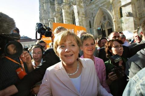 Cuoc doi cua nguoi dan ba thep Angela Merkel hinh anh 7 Tháng 5/2005, Merkel trở thành đối thủ của Thủ tướng Gerhard Schroder trong cuộc tổng tuyển cử. Tài lãnh đạo hiệu quả đã giúp bà khẳng định vị trí giành được sự ủng hộ của người dân. Merkel nhậm chức Thủ tướng Đức ngày 22/11/2005. Trong ảnh, bà Markel tham gia một chiến dịch vận động tranh cử ở Regensburg, Đức. Ảnh: Getty