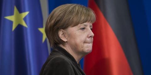 Cuoc doi cua nguoi dan ba thep Angela Merkel hinh anh 12 Trong làn sóng tị nạn đổ về biên giới châu Âu, Thủ tướng Đức Angela Merkel tuyên bố chấp nhận người di cư và sẽ tạo điều kiện cho họ ở tạm trong các trường đào tạo quân sự và cơ sở khác trên khắp đất nước. Đức là quốc gia duy nhất đón tiếp người nhập cư khi nhiều nước khác đóng sập cánh cửa ngay trước mắt họ. Ảnh: AP