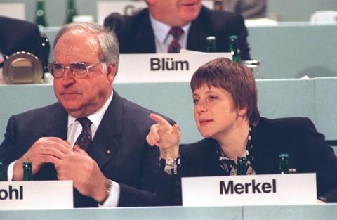 Cuoc doi cua nguoi dan ba thep Angela Merkel hinh anh 4 Năm 1989, Merkel bắt đầu dấn thân vào chính trường. Sau khi Bức tường Berlin sụp đổ, bà tham gia phong trào dân chủ và hoạt động trong Liên minh Dân chủ Thiên chúa giáo (CDU). Trong cuộc tổng tuyển cử tháng 12/1990, sau khi Đông Đức và Tây Đức sáp nhập, Merkel được chỉ định vào nội các. Cựu thủ tướng Đức khi đó, ông Helmut Kohl, đưa ra quyết định bất chấp việc Merkel vẫn còn thiếu rất nhiều kinh nghiệm, bởi nhận ra tiềm năng ở người phụ nữ này. Ảnh: AP