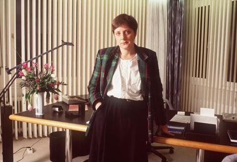 Cuoc doi cua nguoi dan ba thep Angela Merkel hinh anh 5 Năm 1994, Merkel được bổ nhiệm chức Bộ trưởng Môi trường và An toàn Lò Phản ứng Hạt nhân. Tầm nhìn chính trị và vai trò mới đã thúc đẩy sự nghiệp của bà. Trong ảnh là nữ chính trị gia Angela Merkel trong văn phòng ở Bonn, Đức, tháng 2/1991. Ảnh:
