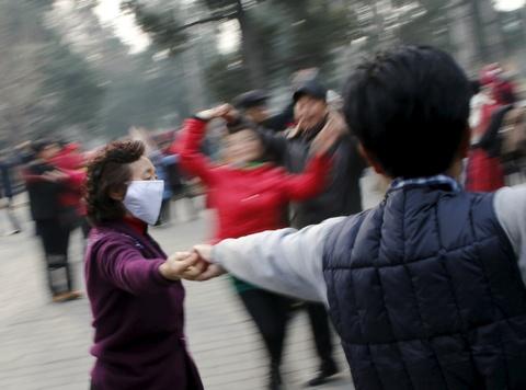 Bac Kinh chim trong suong mu ngay bao dong do o nhiem hinh anh 4 Trên Weibo và WeChat, nhiều người cho biết họ dự định sẽ dành ngày cuối tuần ở trong nhà để tránh các ô nhiễm. Tuy nhiền, người cao tuổi bất chấp khói mùi để tập thể dục buổi sáng trong công viên, quảng trường. Ảnh: Reuters