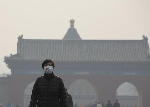 Bac Kinh chim trong suong mu ngay bao dong do o nhiem hinh anh 5  Trên Weibo và WeChat, nhiều người cho biết họ dự định sẽ dành ngày cuối tuần ở trong nhà để tránh các ô nhiễm. Tuy nhiền, người cao tuổi bất chấp khói mùi để tập thể dục buổi sáng trong công viên, quảng trường.