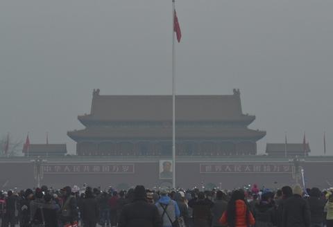 Bac Kinh chim trong suong mu ngay bao dong do o nhiem hinh anh 6 Reuters cho biết, nhiều cư dân ở thủ đô Bắc Kinh nói rằng tình trạng ô nhiễm không khí không quá tệ như dự báo trước đó.  Cảnh báo đỏ được đưa ra khi chính phủ tin rằng chất lượng không khí vượt mức 200 trong thang chỉ số ô nhiễm. Tuy nhiên vào sáng nay, chỉ số này ở Bắc Kinh là 104.
