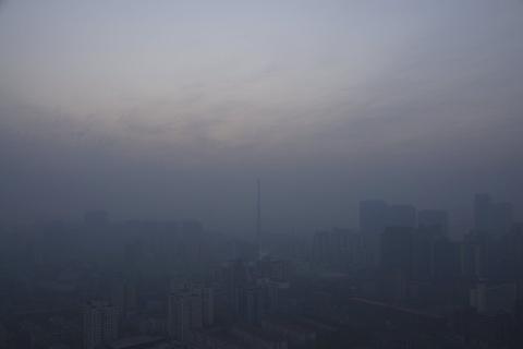 Bac Kinh chim trong suong mu ngay bao dong do o nhiem hinh anh 1 Giới chức Bắc Kinh đã ban hành cảnh báo đỏ, mức cao nhất trong thang cảnh báo ô nhiễm không khí và khói bụi gồm 4 bậc, kéo dài từ 19 đến 22/12. Cơ quan Bảo vệ Môi trường thành phố yêu cầu thực hiện các biện pháp như đóng cửa các nhà máy, hạn chế một nửa lượng xe ôtô đi lại trên đường phố.