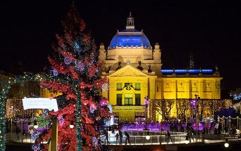 Sac vang, trang, do tran ngap the gioi dip Giang sinh hinh anh 7 Người dân địa phương ở ở Zagreb, Croatia trang trí Giáng sinh. Năm nay, Zagreb đã được bình chọn trong tuần cuối cùng của châu Âu thị trường Giáng sinh năm nay và là một trong những điểm đến Giáng sinh hàng đầu ở châu Âu