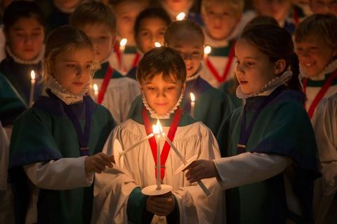 Sac vang, trang, do tran ngap the gioi dip Giang sinh hinh anh 11 Các thành viên nhí trong dàn hợp sướng của nhà thờ Salisbury luyện tập cho buổi lễ đón Giáng sinh tại Salisbury, Anh. Buổi lễ đã diễn ra ở Salisbury hơn 750 năm qua kể từ khi nhà thờ được xây dựng năm 1258.