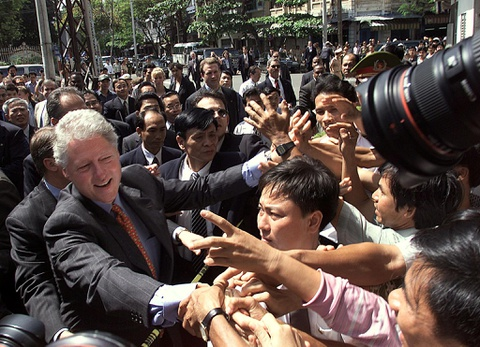 Tong thong Bill Clinton va chuyen tham lich su nam 2000 hinh anh
