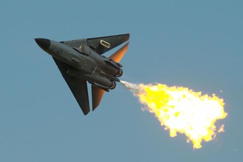 May bay F-111 'khac lua' chao tam biet bau troi hinh anh