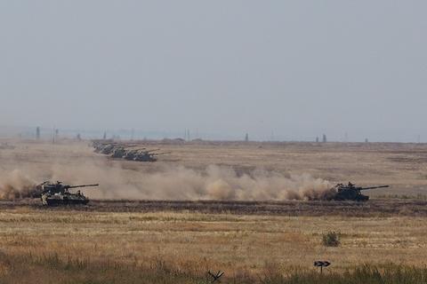 Quan doi Nga khoe vu khi hang nang o tap tran Kavkaz 2016 hinh anh 11