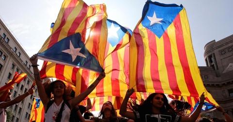 Khung hoang Catalonia: Lui mot buoc troi yen bien lang hinh anh 4
