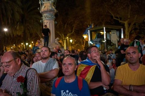 Khung hoang Catalonia: Lui mot buoc troi yen bien lang hinh anh 1