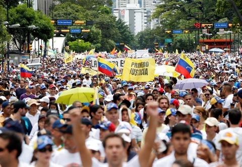 bieu tinh doi tong thong tu chuc o venezuela hinh anh
