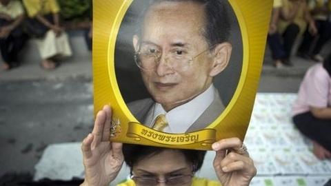 Vua Thai Lan bi dich trong phoi va nhiem trung mau hinh anh