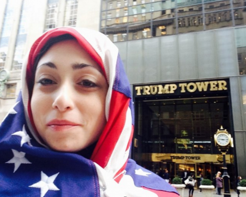 Trao luu chup anh selfie truoc toa thap Trump