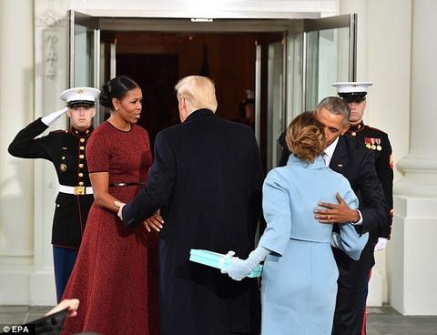 Vo chong ong Trump, Obama the hien gi qua ngon ngu co the? hinh anh